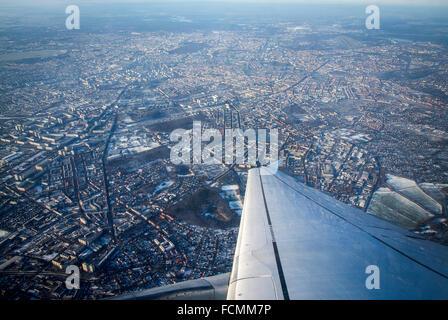 Flugzeug über Berlin fliegen. Dem Start vom Flughafen Tegel, Berlin, Deutschland. Stockbild