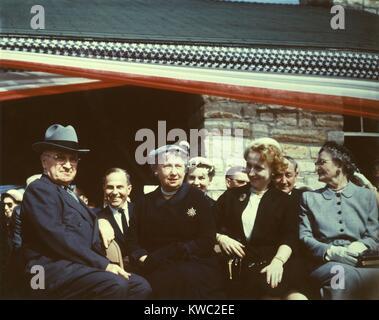 Truman Presidential Library Bahnbrechende, 8. Mai 1955. L-R: Ehemaliger Präsident Harry Truman, Bess Truman, Stockbild