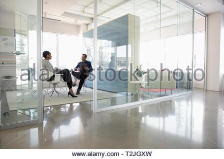 Geschäftsleute treffen sich in modernen Büros Stockbild