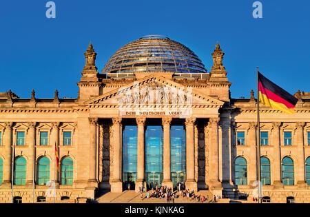 Vorderansicht des deutschen Parlaments in Berlin mit Fahne Stockbild