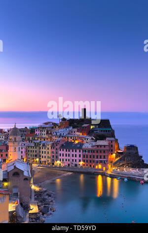 Sonnenaufgang in Vernazza, Cinque Terre, UNESCO-Weltkulturerbe, Ligurien, Italien, Europa Stockbild