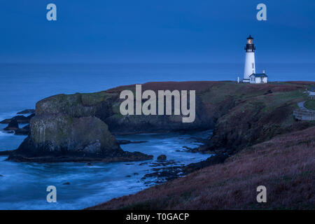 Am frühen Morgen in der Dämmerung über Yaquina Head Lighthouse, Newport, Oregon, USA Stockbild