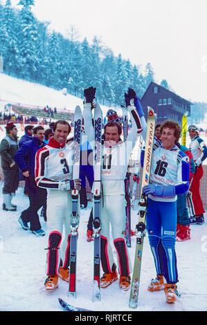 Phil Mahre (USA) Gold-C-, Steve Mahre (USA) Silber, Didier Bouvet (FRA) Bronze, Gewinner des Männer Slalom an der 1984 Olympischen Winterspiele. Stockbild