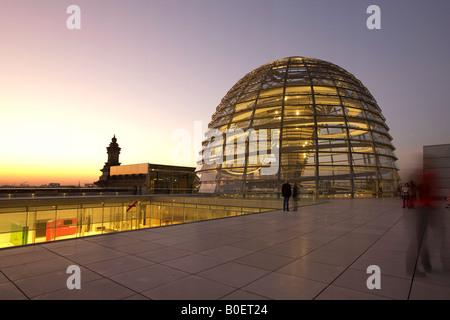 Berliner Reichstag Buidling Dach Terasse Kuppel von Sir Norman Forster in der Dämmerung Stockbild