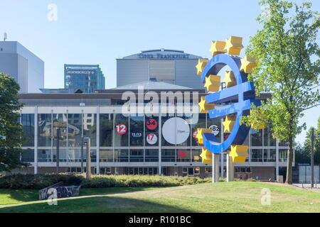 Euro Skulptur, Oper und Schauspielhaus am Willy-Brandt-Platz, Frankfurt, Hessen, Deutschland, Europa ich Euro-Skulptur, Opernhaus und Schauspielhaus bin Stockbild