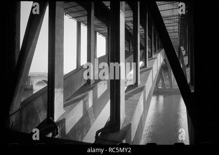 Royal Tweed Bridge, Berwick-Upon-Tweed, Northumberland, c 1955 - c 1980. Ein Blick auf die Unterseite des Royal Tweed Brücke überspannt den Fluss Tweed, zeigen zwei der Spannweiten und die vier konkrete Unterstützung der Rippen und der vertikalen Piers aus Ihnen steigt. Die Brücke wurde von LG Mouchel und Partner konzipiert und wurde 1925-1928 durch die Holloway Brüder mit zusätzlicher Unterstützung durch beratende Ingenieure Oberst CH Bressey und Herr JH Bean gebaut. Die 430 m Brücke hat vier Bögen, von denen drei den Fluss überqueren, jeder mit vier Rippen. Es gibt spalten sich von jeder Rippe zur Unterstützung der longitunal werden Stockbild
