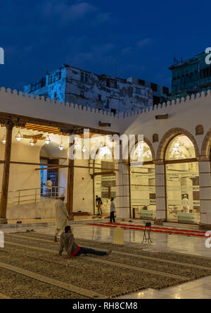 Männer in al Shafi Moschee beten, Mekka Provinz, Jeddah, Saudi-Arabien Stockbild