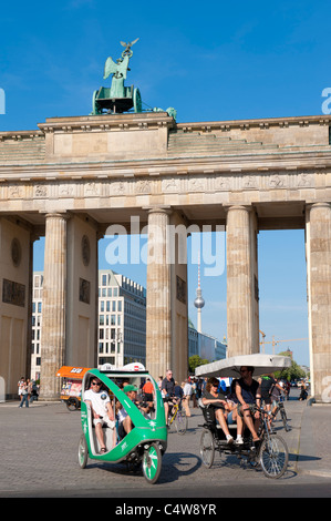 Ansicht des Brandenburger Tors in Mitte Berlin mit Touristen auf Dreiräder Deutschland Stockbild