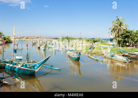 Sri Lanka, Asien, Dodanduwa - Fischerboote an einer Flussmündung in der Nähe von dodanduwa Stockbild