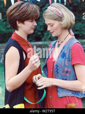 Ein Dorf Affäre 1995 Warner Schwestern Produktion für ITV mit Sophie Ward rechts und Kerry Fox Stockbild
