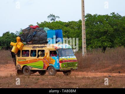 Bunt bemalten Taxi Bus auf dem Land, Bezirk, Waraniene Savanes, Elfenbeinküste Stockbild