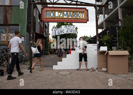 """Berlin, Deutschland. 19 Juli, 2019. """"Holzmarkt"""" über dem Eingang zum Holzmarkt Bereich. Credit: Paul Zinken/dpa/Alamy leben Nachrichten Stockbild"""