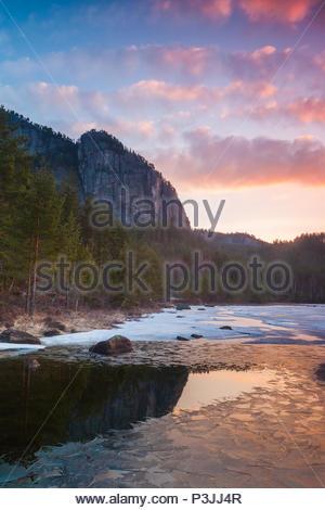 Frühling Sonnenaufgang am Eikhom in Nissedal, Telemark, Norwegen. Stockbild