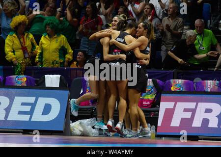 Neuseeland Spieler feiern nach dem Sieg im Finale gegen Australien, bei Tag 10 der Vitalität Netball Wm 2019, bei der die M&S-Bank Arena, Liverpool, England. Neuseeland Schlag Australien: 52-51 Stockbild