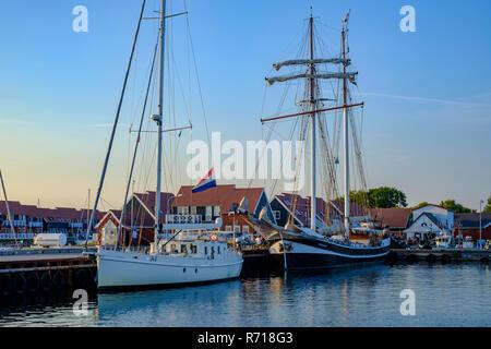 Der Schoner BANJAARD im Hafen von klintholm Havn, Moen Island, Dänemark festgemacht hat. Stockbild