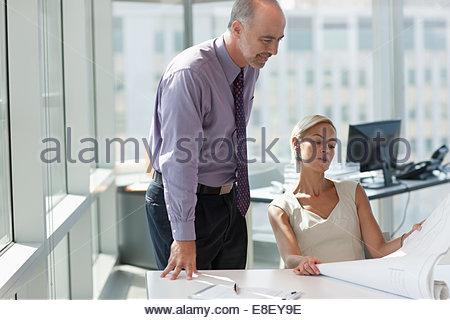 Geschäftsleute, die gemeinsam im Büro Stockbild