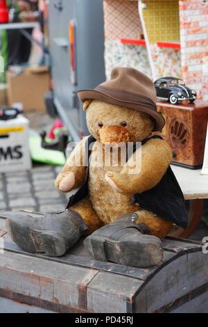 Alte Teddybär ein Flohmarkt, Deutschland, Europa ich Alter Teddybär 1963 Flohmarkt, Deutschland, Europa I Stockbild