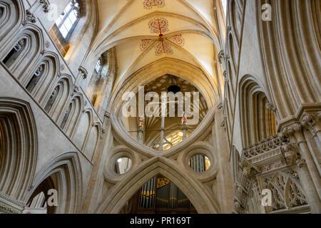 Die SCHERENARTIGE Bögen und die rood Kreuz in das Kirchenschiff der Kathedrale von Wells, Wells, Somerset, England, Vereinigtes Königreich, Europa Stockbild