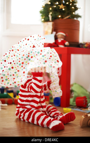Baby Weihnachtsgeschenke zu öffnen Stockbild