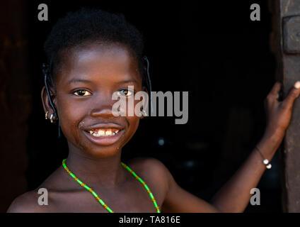 Porträt eines lächelnden Senufo Mädchen, Savanes Bezirk, Niofoin, Elfenbeinküste Stockbild