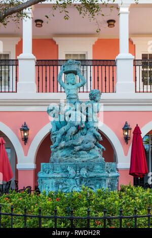 Statue und Brunnen im Innenhof von Jane's Cafe entlang trendy 3rd Street Einkaufsviertel, Naples, Florida, USA Stockbild