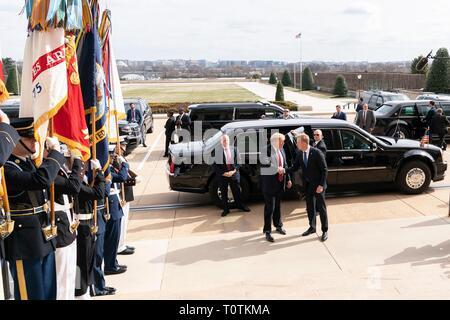 Us-Präsident Donald Trump, Links, wird durch die US-Verteidigungsminister Patrick Shanahan bei der Ankunft zum Pentagon März 15, 2019 in Washington, D.C. begrüßt Stockbild