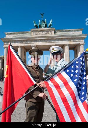 Akteure in sowjetischen und amerikanischen Uniformen posiert in Front des Brandenburger Tors in Berlin Deutschland Stockbild