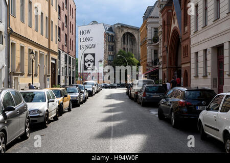 Berlin. Deutschland. Auguststraße, Blick in Richtung Tacheles Kunsthaus und die Wandgemälde wie lange Stockbild