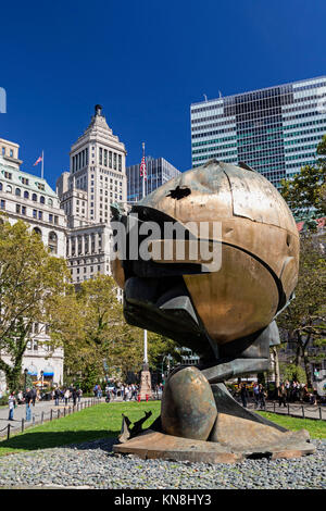 Die Kugel-Sculture in Batterie Park, Financial District von Manhattan, New York Stockbild