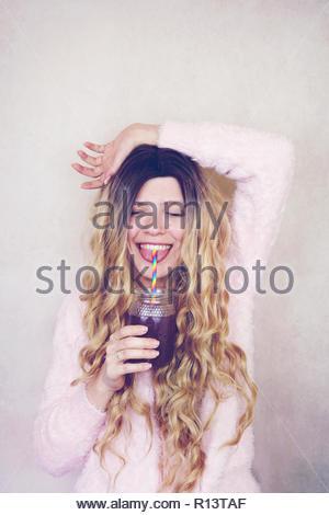 Porträt eines lächelnden jungen Frau mit langem Haar Stockbild