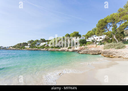Cala d'Or, Mallorca, Spanien - Smoothe Leistungsschalter am Strand von Cala d'Or Stockbild