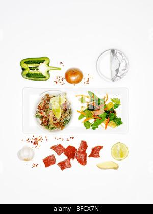 Salat mit Rindfleisch, eine leichte Mahlzeit geeignet zur Gewichtsreduktion, mit Zutaten Stockbild