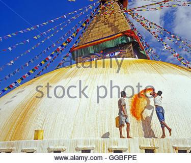 Geographie/Reisen, junger Mann werfen Safranwasser in Bodnath Stupa, Bodnath, Katmandu, Nepal, Additional-Rights Stockbild