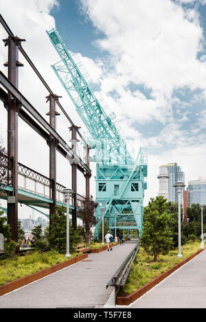 Gantry Cranes einmal verwendet Zuckerrohr aus Kähne zu hissen. Domino Park, Brooklyn, USA. Architekt: James Corner Field Operations, 2018. Stockbild