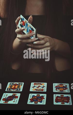 Hände mit Tarot Karten. Wahrsagen Stockbild