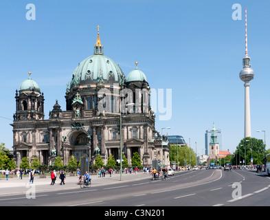 Die Kathedrale oder Dom mit Fernsehturm auf der Museumsinsel in Mitte Berlin hinten Stockbild