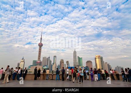 China, Shanghai, den Bund, den touristischen Blick auf die Skyline von Pudong Stockbild