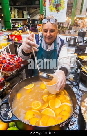 England, London, Southwark, London Bridge City, Borough Market, Lady verkaufen Glühwein Zitronensaft Stockbild