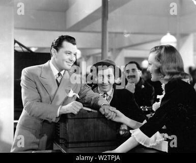 Die großen STORE 1941 MGM Film mit der Marx Brothers, Virginia Grey und Douglas Dumbrille links Stockbild