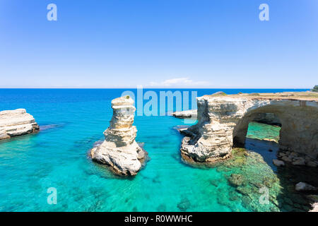 Sant Andrea, Apulien, Italien - türkisfarbenes Wasser an den felsigen Klippen von Sant Andrea Stockbild