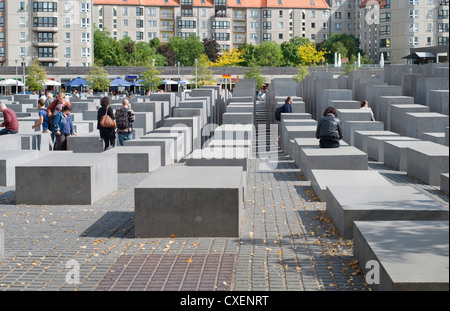 Touristen am Holocaust-Mahnmal in Berlin, Deutschland Stockbild