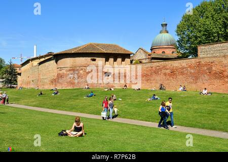 Frankreich, Haute Garonne, Toulouse, Garonne Banken, Raymond VI Gärten, Kuppel von Saint Joseph de La Grave Krankenhaus und Stadtmauer Stockbild