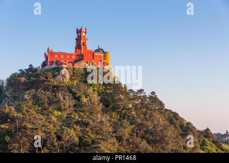 Der Pena-palast, Weltkulturerbe der UNESCO, aus einem natürlichen Aussichtspunkt, Sintra, Portugal gesehen, Europa Stockbild