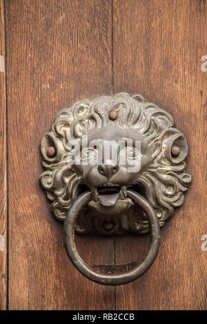 Türgriff eines alten, historischen Gebäude in der Form eines Löwen aus Eisen Stockbild