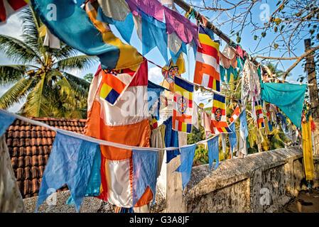 Buddhistische Gebetsfahnen in Weligama-Tempel in Sri Lanka Stockbild