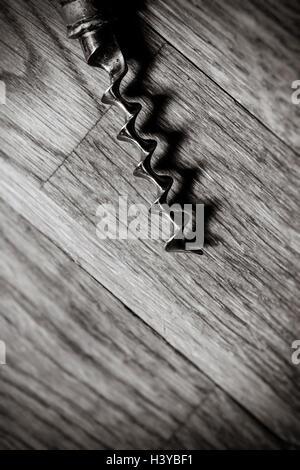 Korkenzieher auf Holztisch in der Nähe auf. Top Anzeigen und kopieren Platz. Stockbild