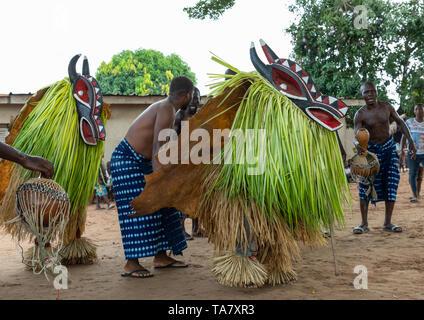 Goli heilige Masken Paar in Baule Stamm während einer Zeremonie, Région de l'Esperance, Bomizanbo, Elfenbeinküste Stockbild