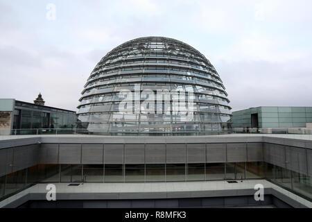 Berlin/Deutschland - vom 15. Dezember 2018: Die gläserne Kuppel des Reichstagsgebäudes, das deutsche Parlament, in das Zentrum von Berlin. Stockbild