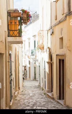 Otranto, Apulien, Italien - eine verträumt-Gasse in der Altstadt von Otranto in Italien Stockbild