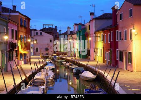 Traditionelle bunte Häuser am Wasser in der Dämmerung, Burano, Venedig, Venetien, Italien Stockbild